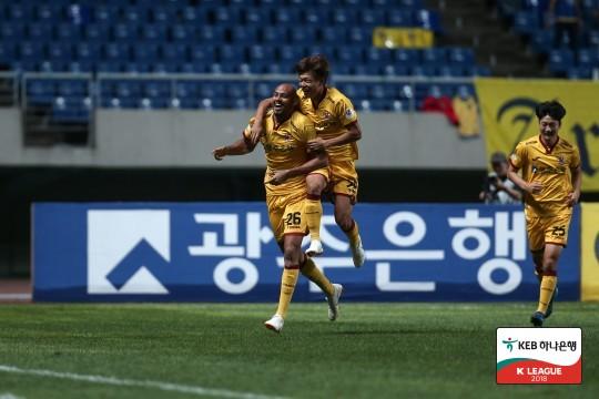 '펠리페 극장골' 광주, 부산과 3-3 극적 무승부