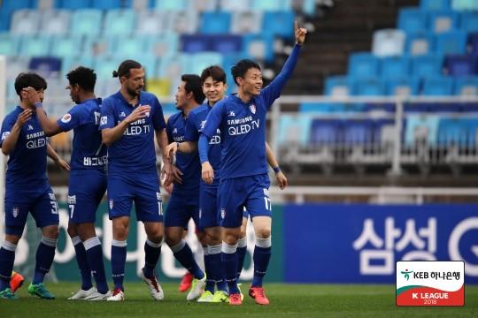 '김종민-김종우 연속골' 수원, 포항 2-0 제압...4위 탈환