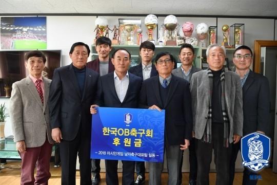 아시안게임 대표팀의 金빛 선행...축구원로들과 투병중인 사이클 선수에게 후원금 전달