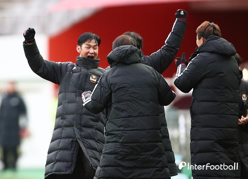 환호하는 최용수 감독