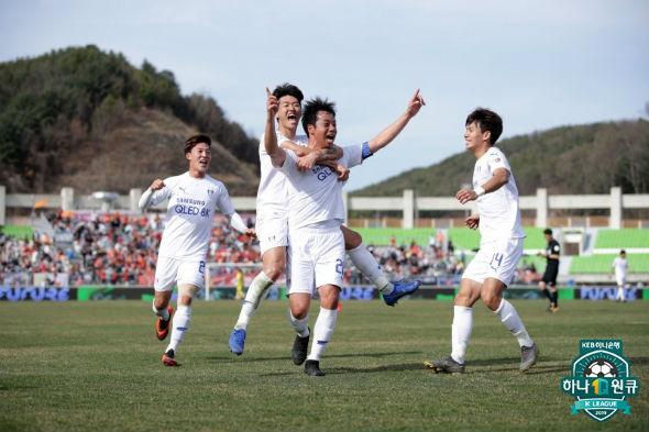 '환상 FK골' 염기훈, 70-70 대기록 작성...역대 2번째