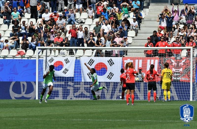 '통한의 자책골' 한국, 나이지리아에 0-2 패...16강 빨간불_이미지