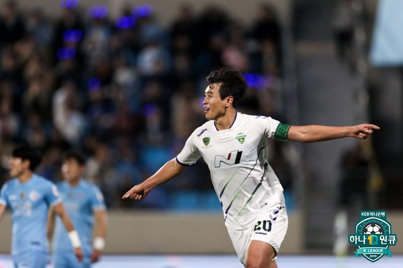 '이동국 301호 포인트' 전북, 대구 2-0 꺾고 다시 울산과 3점 차