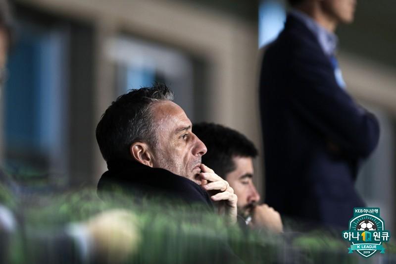 코치 두 명 대동하고 대팍 찾은 벤투 감독, 대구-전북 경기 관전