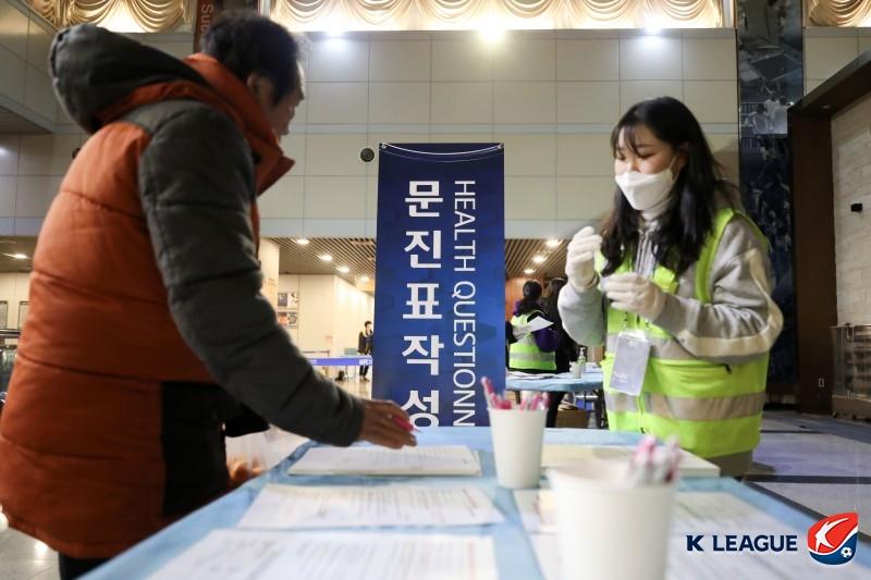 """""""문진표 챙겨오세요""""...전주성은 코로나바이러스 예방 중"""